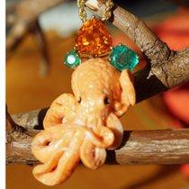 Ein absolutes Unikat - geschnitzter Tintenfisch aus Koralle mit  Smaragd und Mandaringranat