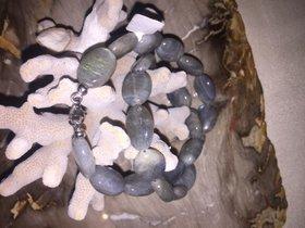 Oval geschliffene Edelsteinkette aus feinem Labradorit mit 925 Silberverschluss