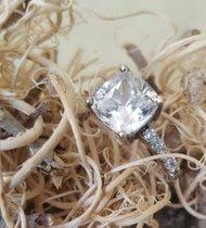 Klassischer Silberring mit einem radiant geschliffenen echten Zirkon